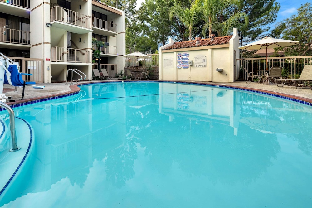 Pool, La Quinta Inn & Suites by Wyndham Thousand Oaks-Newbury Park