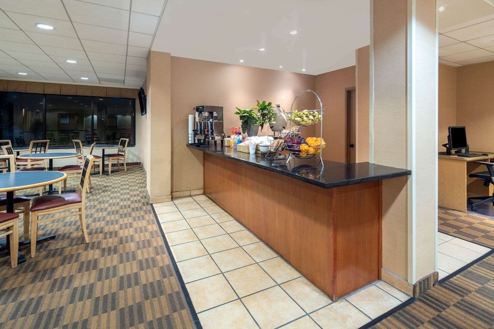 Breakfast Area, La Quinta Inn & Suites by Wyndham Thousand Oaks-Newbury Park