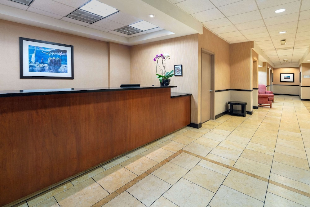 Lobby, La Quinta Inn & Suites by Wyndham Thousand Oaks-Newbury Park