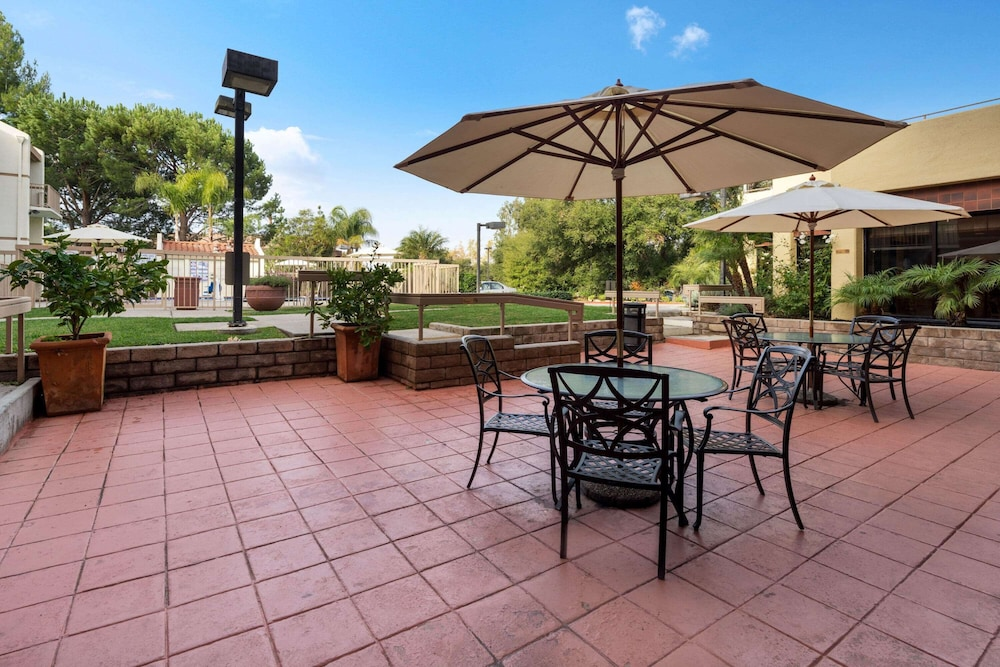Courtyard, La Quinta Inn & Suites by Wyndham Thousand Oaks-Newbury Park