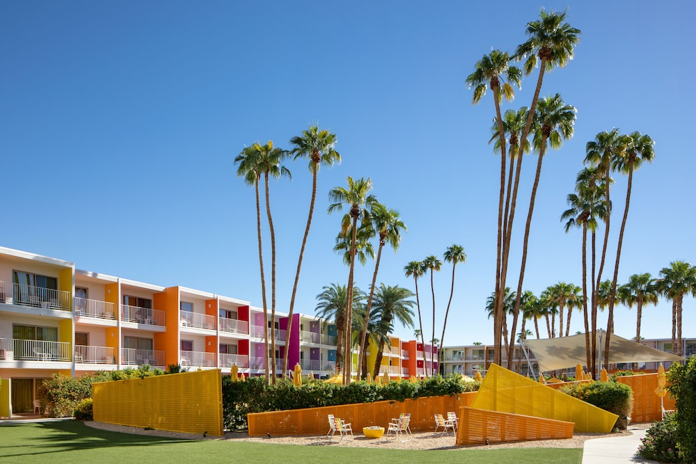 Courtyard, The Saguaro Palm Springs