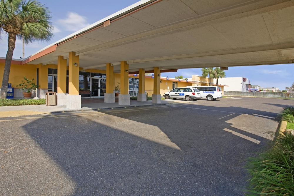 Property Entrance, Americas Best Value Inn Laredo