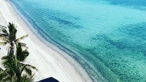 Playa privada, sombrillas, toallas de playa y kayak