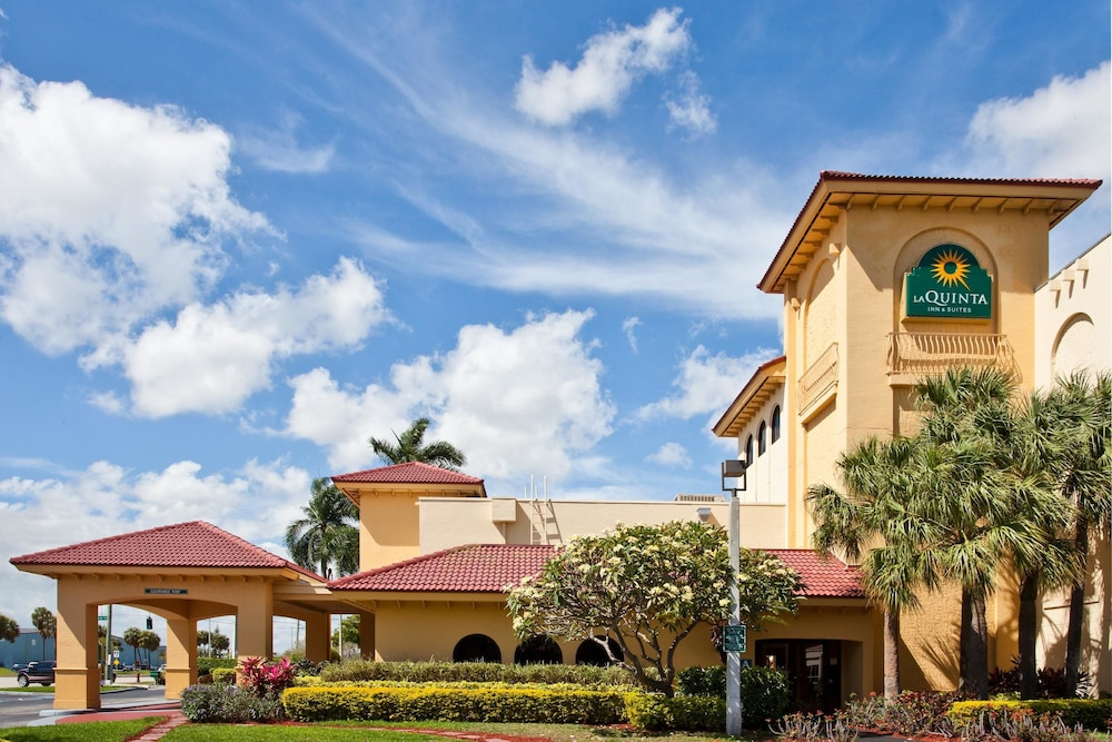 La Quinta Inn Suites Ft Lauderdale Cypress Creek In Fort Lauderdale Hotel Rates Reviews
