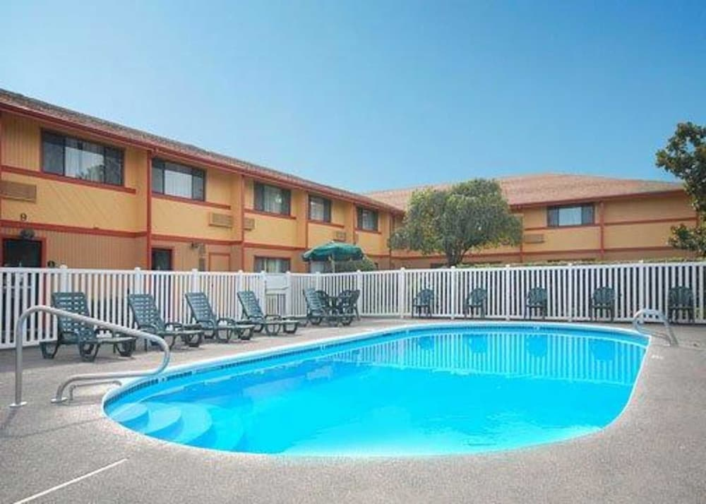 Pool, Quality Inn and Suites Airport
