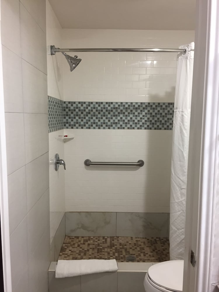 Bathroom Shower, Super 8 by Wyndham McAllen/Downtown/La Plaza Mall
