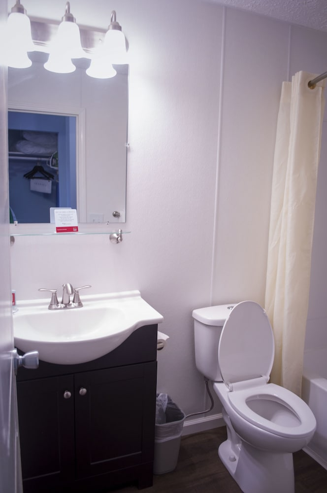 Bathroom, Econo Lodge Inn & Suites South