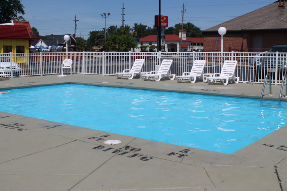 Outdoor Pool, Econo Lodge Inn & Suites South