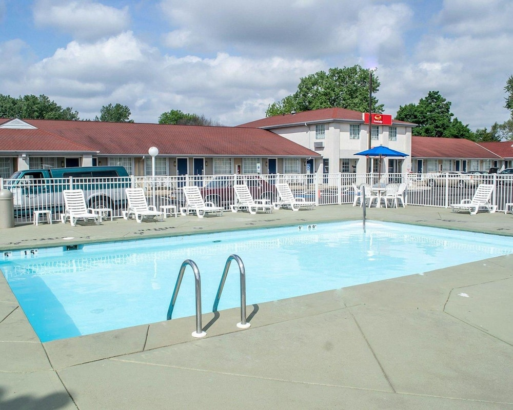 Pool, Econo Lodge Inn & Suites South