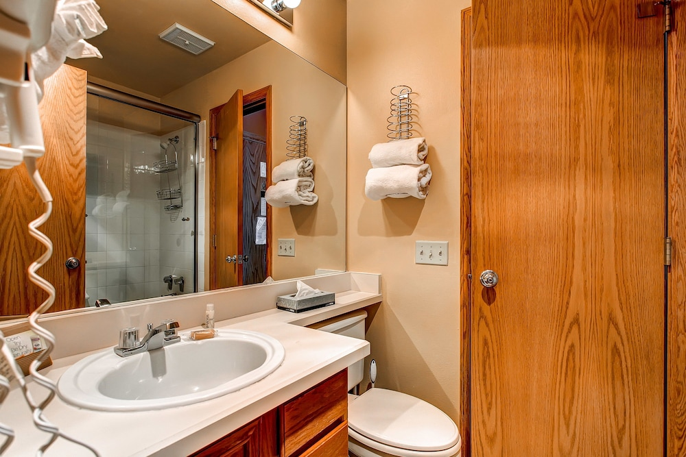 Bathroom, River Mountain Lodge