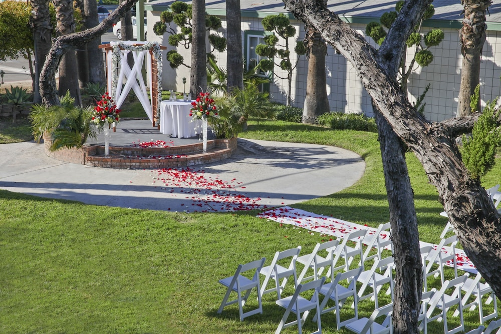 Outdoor Wedding Area, The Anaheim Hotel