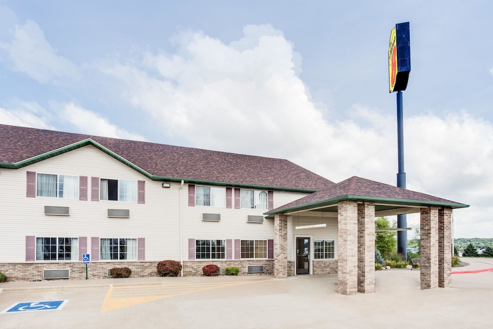 Exterior, Super 8 by Wyndham Le Claire/Quad Cities