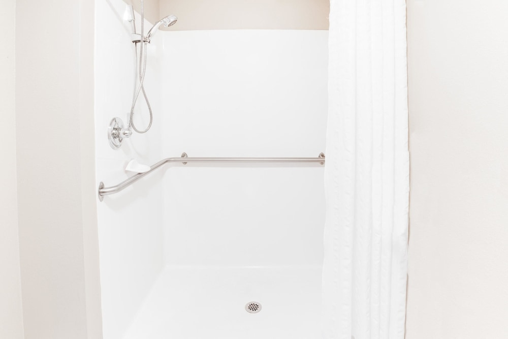 Bathroom Shower, Super 8 by Wyndham Le Claire/Quad Cities