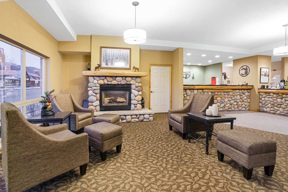 Lobby Sitting Area, Cedar Street Hotel and Suites
