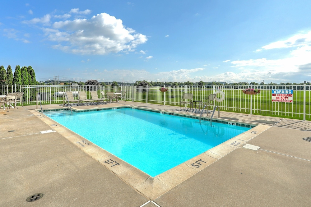 Outdoor Pool, Lancaster Inn and Suites