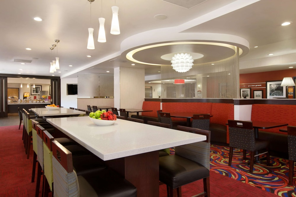 Breakfast Area, Hampton Inn & Suites Anaheim/Garden Grove
