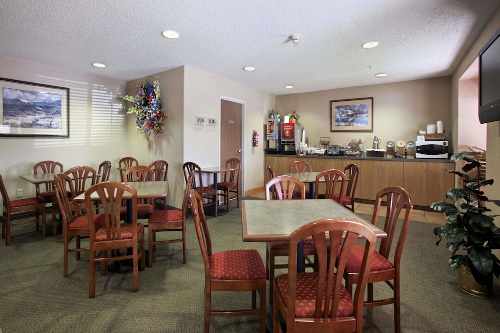 Breakfast Area, Microtel Inn & Suites by Wyndham Roseville/Detroit Area