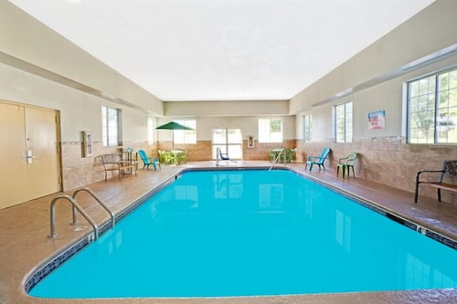 Pool, Microtel Inn & Suites by Wyndham Roseville/Detroit Area