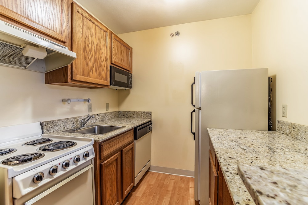 Private Kitchen, HomeTowne Studios & Suites by Red Roof Columbia