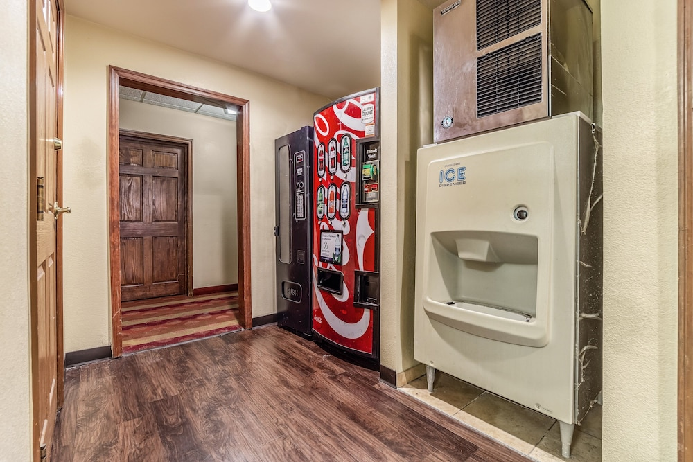 Interior, HomeTowne Studios & Suites by Red Roof Columbia