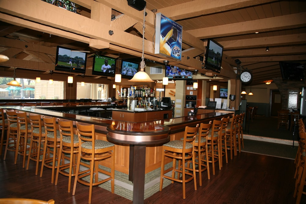 Sports Bar, Lake Lawn Resort