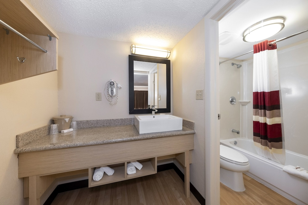 Bathroom, Red Roof Inn PLUS+ & Suites Naples Downtown-5th Ave S