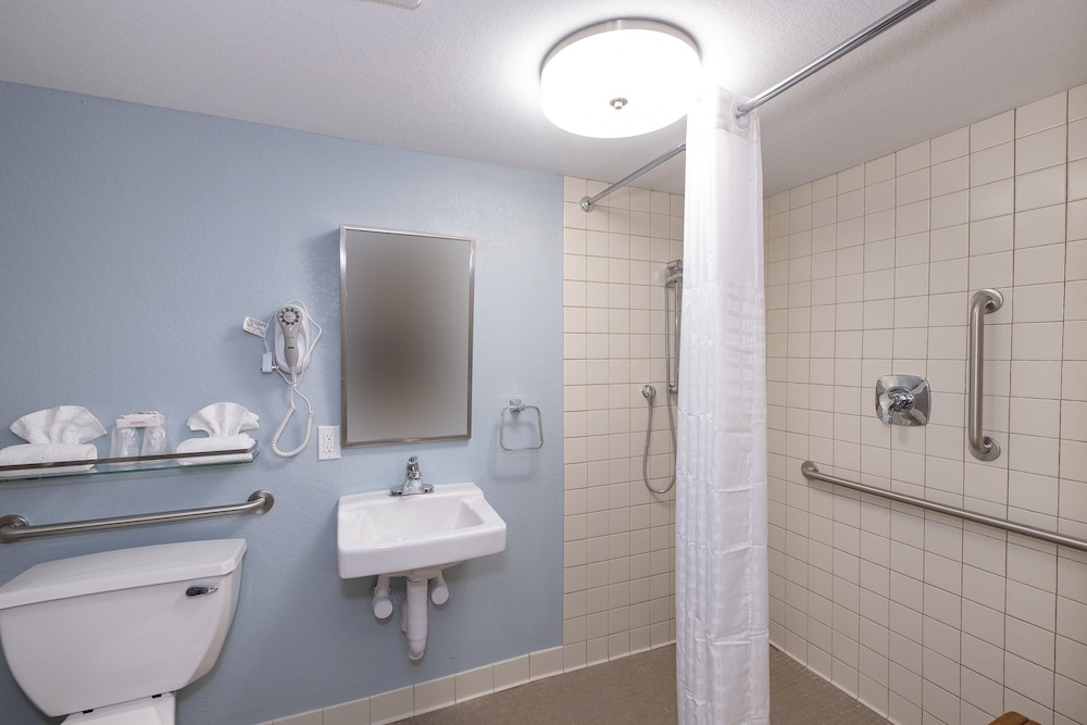 Bathroom Shower, Red Roof Inn PLUS+ & Suites Naples Downtown-5th Ave S