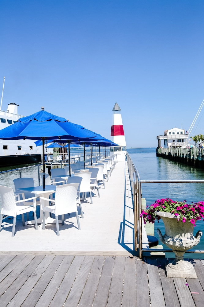 Outdoor Dining, Danfords Hotel and Marina