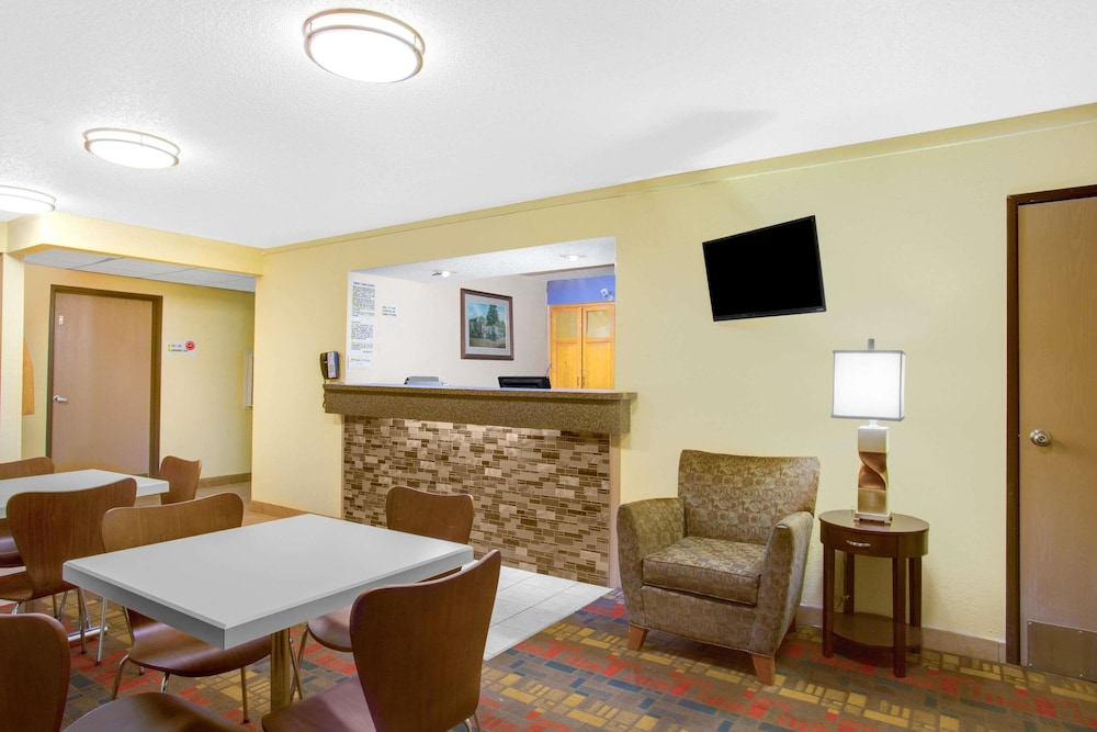 Lobby Sitting Area, Super 8 by Wyndham Lewisburg