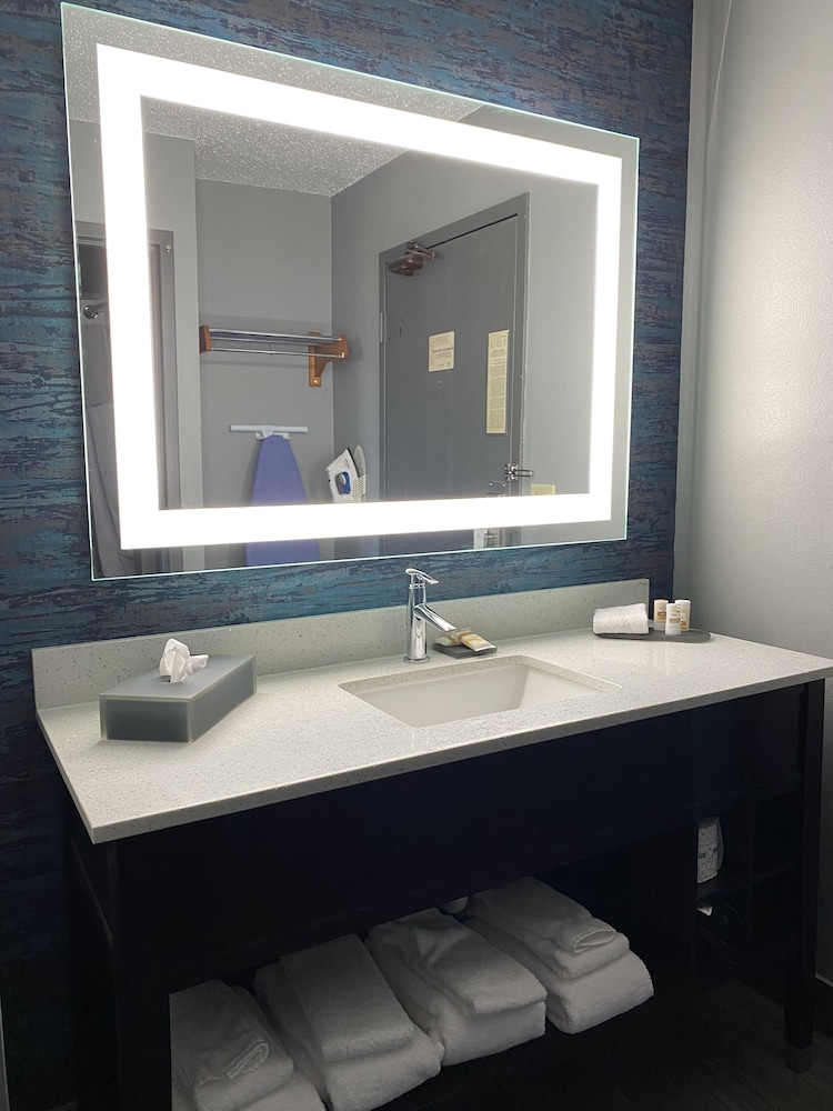 Bathroom, La Quinta Inn by Wyndham Wausau