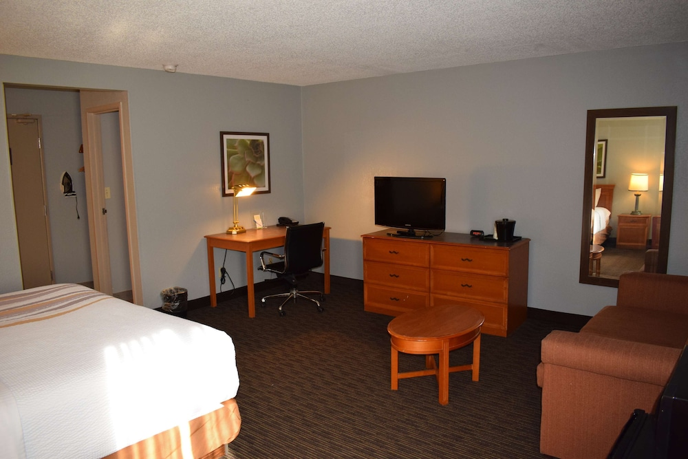 Room, La Quinta Inn by Wyndham Milwaukee Glendale Hampton Ave