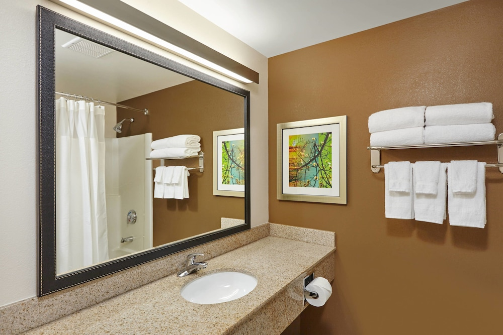 Bathroom, Fairfield Inn & Suites by Marriott Lombard