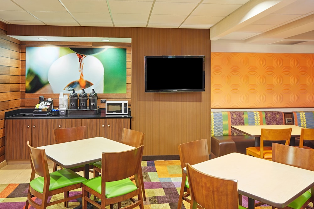 Breakfast Area, Fairfield Inn & Suites by Marriott Lombard