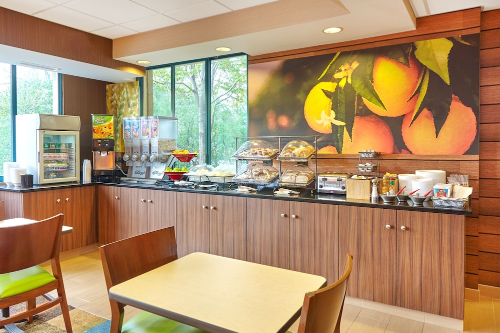 Breakfast buffet, Fairfield Inn & Suites by Marriott Lombard