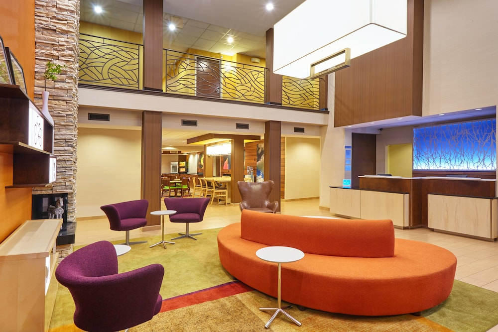 Lobby, Fairfield Inn & Suites by Marriott Lombard
