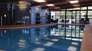 Una piscina cubierta (de 6:30 a 10:00), tumbonas