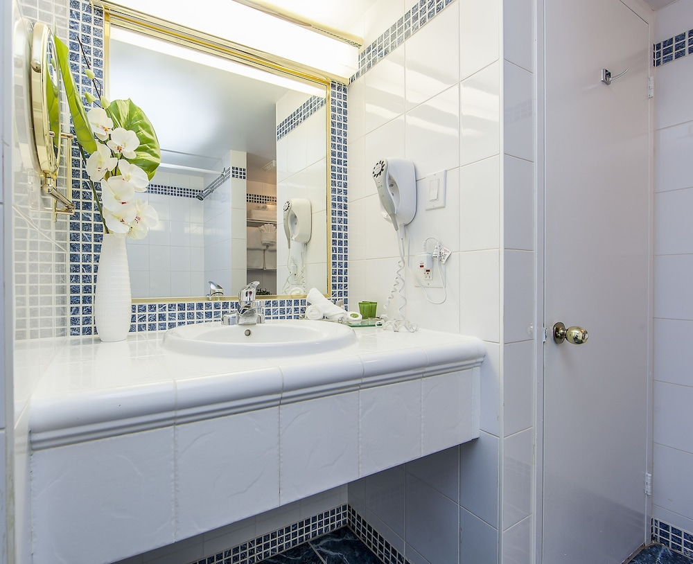 Bathroom, Le Nouvel Hotel