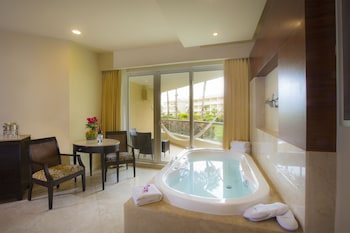 Deluxe Room, Jetted Tub, Garden View - Guestroom