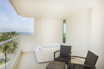 Deluxe Room, 1 King Bed, Jetted Tub, Resort View - Guestroom