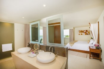 Deluxe Room, 1 King Bed, Jetted Tub, Resort View - Bathroom