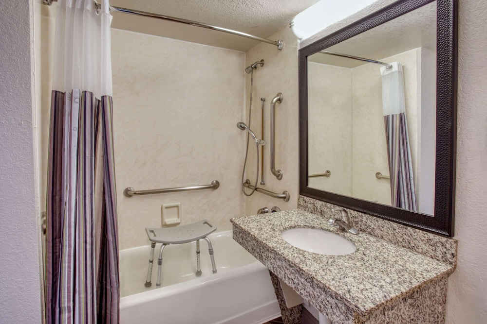 Accessible bathroom, La Quinta Inn & Suites by Wyndham Minneapolis Bloomington W
