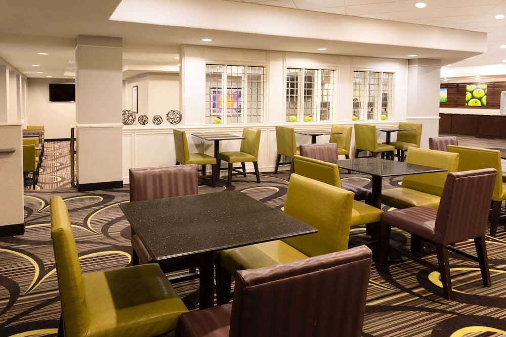 Breakfast Area, La Quinta Inn & Suites by Wyndham Minneapolis Bloomington W
