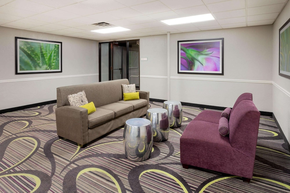 Lobby, La Quinta Inn & Suites by Wyndham Minneapolis Bloomington W
