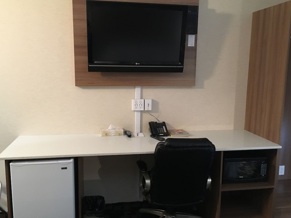 In-Room Business Center, Baymont by Wyndham Medicine Hat