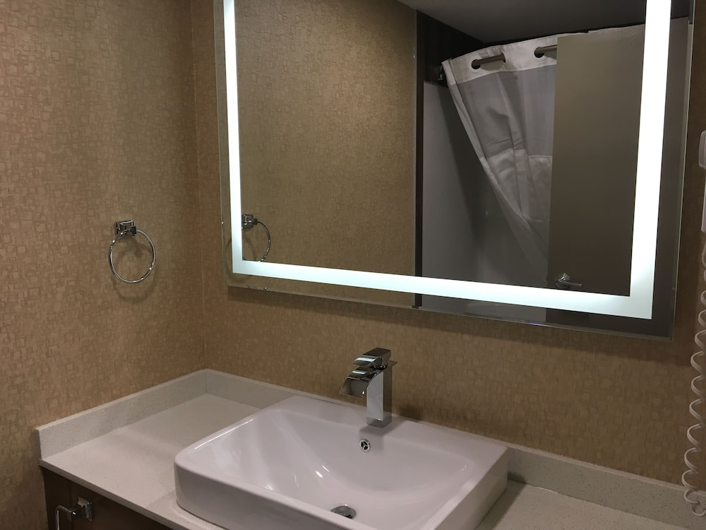 Bathroom, Baymont by Wyndham Medicine Hat