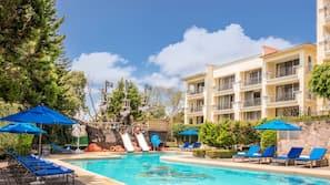 Una piscina cubierta, 2 piscinas al aire libre, tumbonas