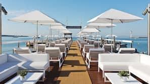 시즌별로 운영되는 야외 수영장, 08:00 ~ 20:00 오픈, 수영장 파라솔, 일광욕 의자