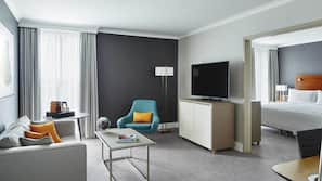 Bäddmadrasser, värdeförvaringsskåp på rummet och skrivbord