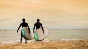 Aan een privéstrand, wit zand, gratis strandhuisjes, ligstoelen