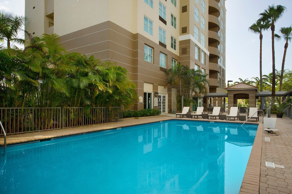 Pool, Staybridge Suites Miami Doral Area